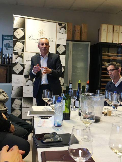 Luis Miguel explicando apasionadamente los vinos de Camino del Norte, Compañía de Vinos