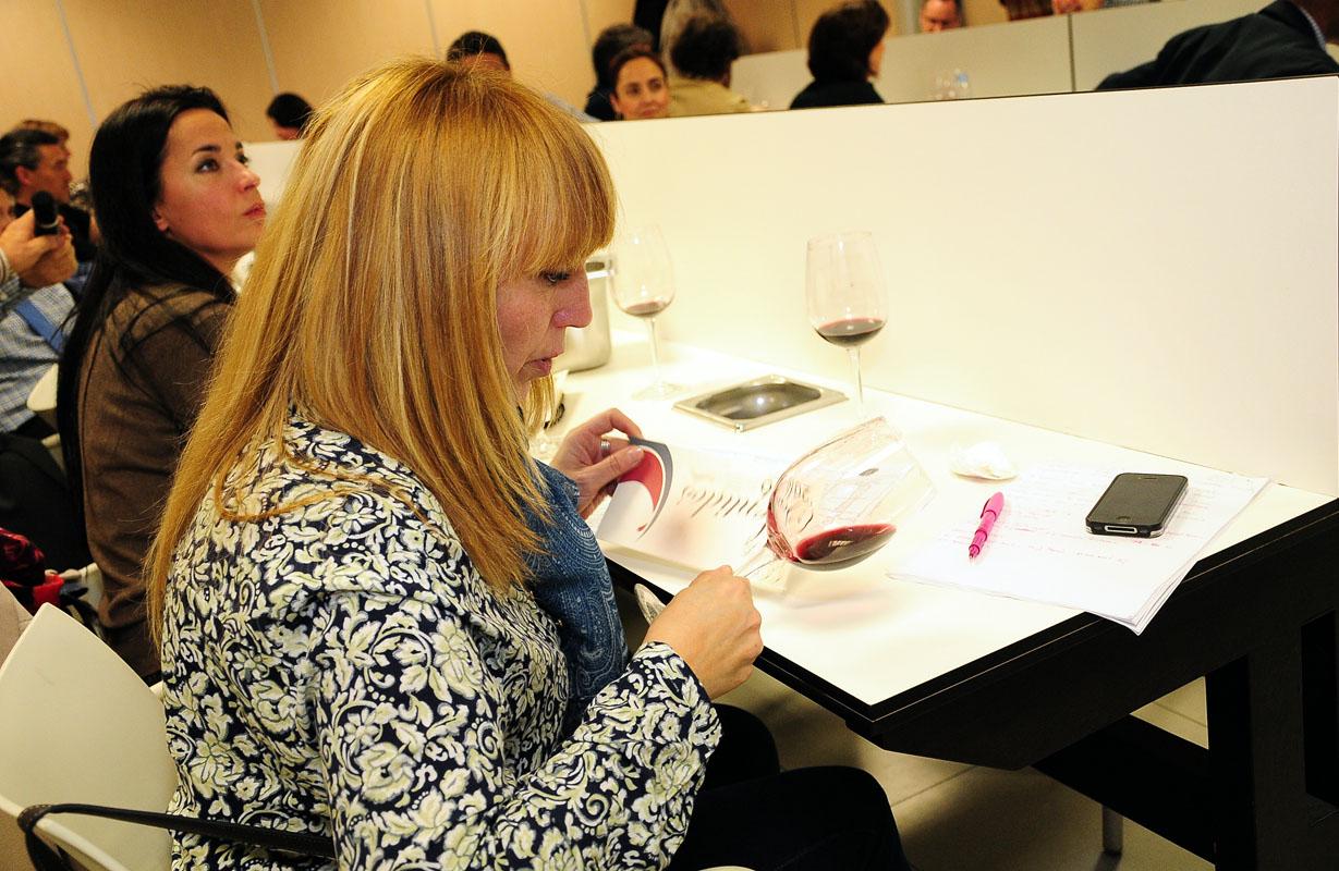 Una sumiller con la fase visual de uno de los vinos de Camino del Norte
