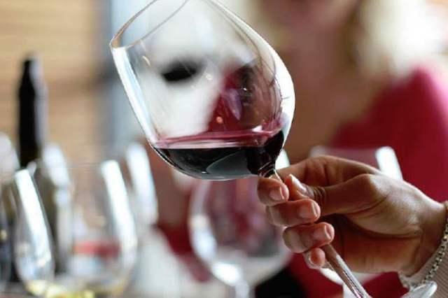 Forma correcta de coger y agitar la copa de vino