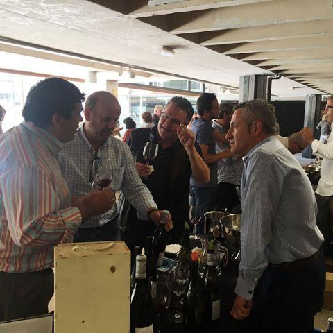 El equipo de Vinoselección catando los vinos de Camino del Norte