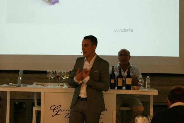 Guillermo Cruz, Sumiller del Restaurante Mugaritz con Antonio Flores en el fondo