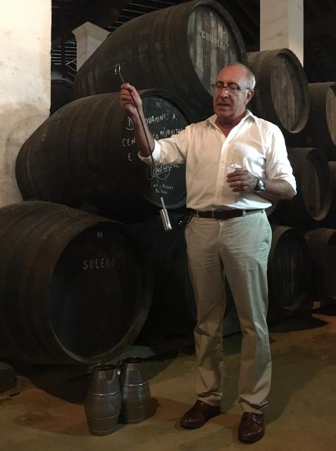 Antonio Flores, Master Blender de Bodegas Tío Pepe, con venencia