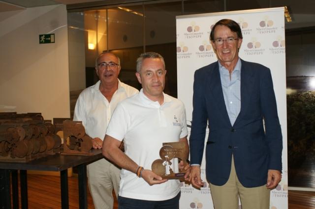 Luis Miguel Fernández recibiendo el reconocimiento de SherryMaster de la mano de Mauricio González Gordón, Presidente de González Byass