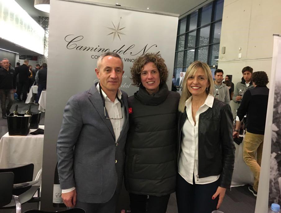Luis Miguel con Inma Aleixindre de la vinoteca Monclús Gotim en Tortosa