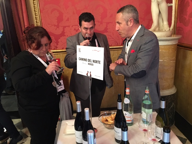 Sumiller Campo catando nuestros vinos